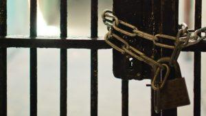 上鎖的鐵門