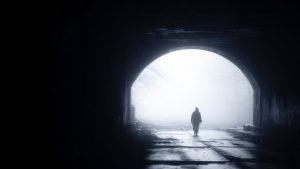 穿過黑暗隧道