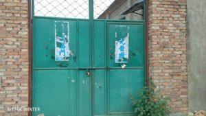 圖:教堂的門已經被鎖住