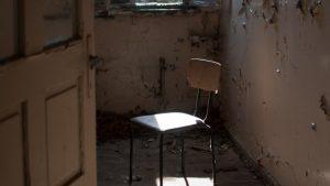 毀壞的房間,椅子,門