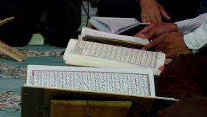 穆斯林信徒讀古蘭經