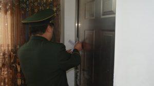 警察在門上貼封條(網絡圖片)