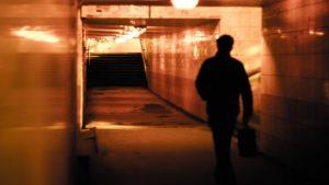 男人提著包走在地下通道