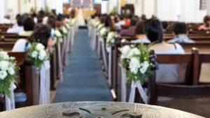 在教堂裏舉行婚禮
