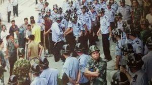 當地政府派遣300名警察來威脅村民簽字(知情人提供)