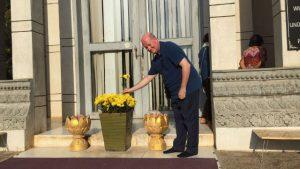 《寒冬》主編馬西莫·英特羅維吉教授在瓊邑克殺戮戰場的佛塔獻花