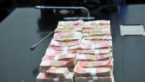 沒收的錢堆在桌子上