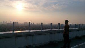 男子站在天台瞭望遠方