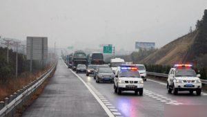 警車在公路上行駛