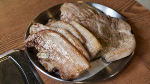 豬肉裝在盤子裡
