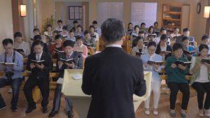 神父在台上讲导学生坐在下面