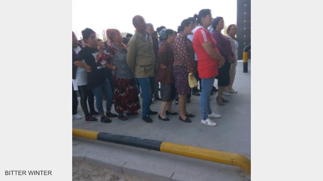 參加公審大會的家屬在教育轉化營外排隊等待被傳喚