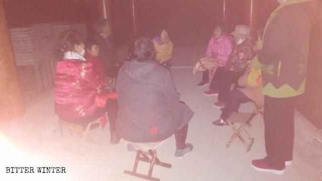 老年信徒趁天黑在村外涼亭裡聚會