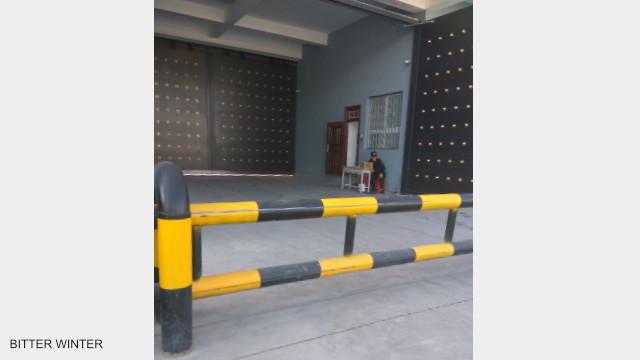 車輛進入教育轉化營需經過兩道大門