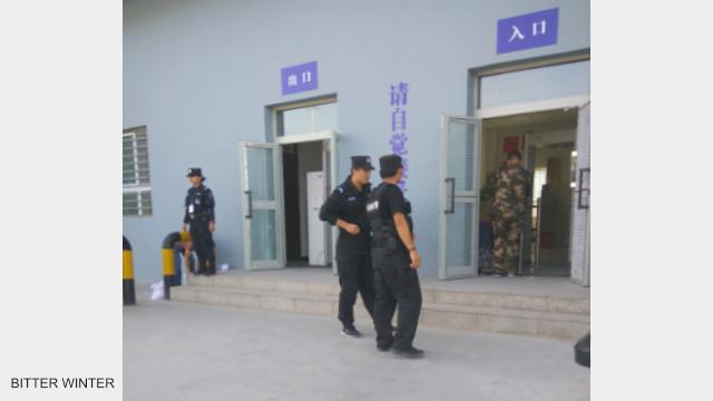 教育轉化營外有警察巡邏、看守