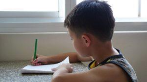 男孩正在自學(網絡圖片)