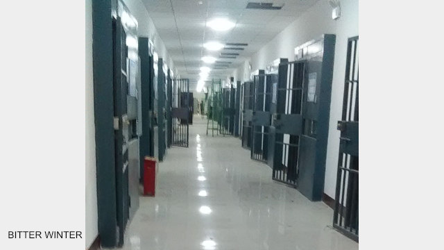 教育轉化營宿舍樓內景,每個房間都安裝雙層鐵門,跟監獄一樣