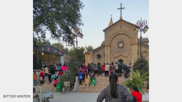 信徒們趕往教堂外的露天聚會場地