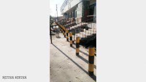 沙灣縣商鋪前的防撞鐵樁