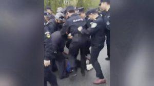 警察毆打村民(視頻截圖)