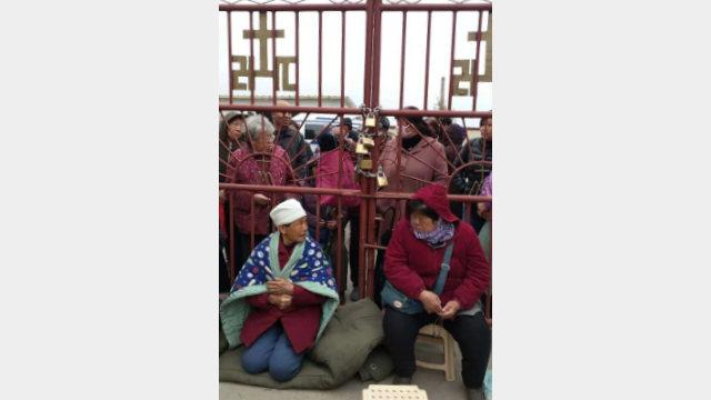 教友鎖住教堂的門,將天主教愛國會指派的神父拒之門外(知情人提供)