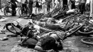 1989年6月4日,天安門廣場上遇難百姓的屍體