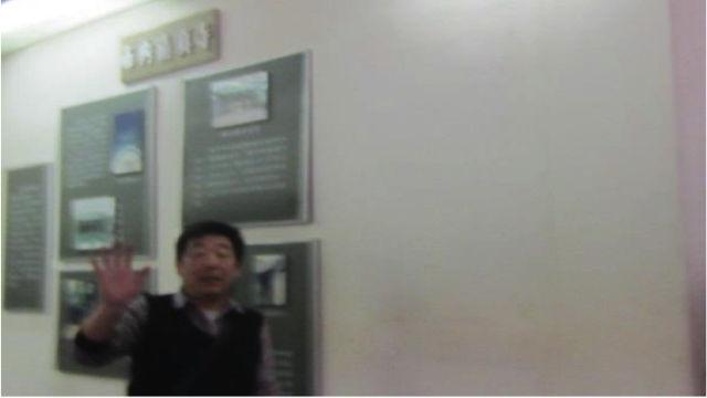 開封一家博物館內,一名保安試圖阻止遊客拍攝開封猶太人歷史展覽(安森·雷特納)
