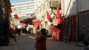 吐魯番的一個集市上紅旗飄飄(2018年夏天)