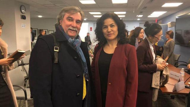 羅珊·阿巴斯與馬可·萊斯賓蒂出席2018年11月27日在喬治·華盛頓大學艾略特國際事務學院(ESIA)召開的「關於中國維吾爾人大規模關押問題研討會」