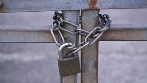 鎖住的鐵門(網絡圖片)
