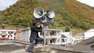 陝西省鎮坪縣工作人員正在安裝大喇叭(網絡圖片)