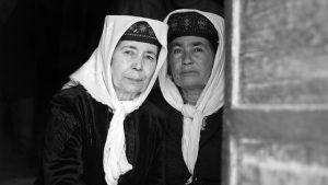 兩位塔吉克族婦女依偎在一起© Maxime Crozet