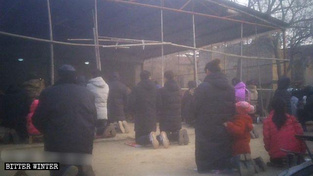 謝莊村露天望彌撒,信徒們跪在地上