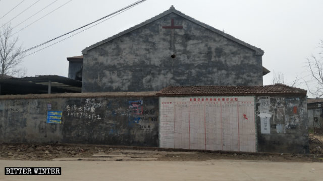 八卜教堂外牆上的十字架被拆毀