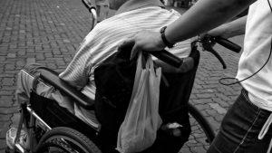 坐輪椅出行(網絡圖片)