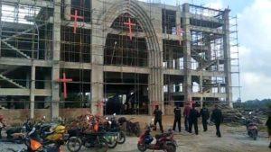 強拆人員走進在建的教堂(知情人提供)