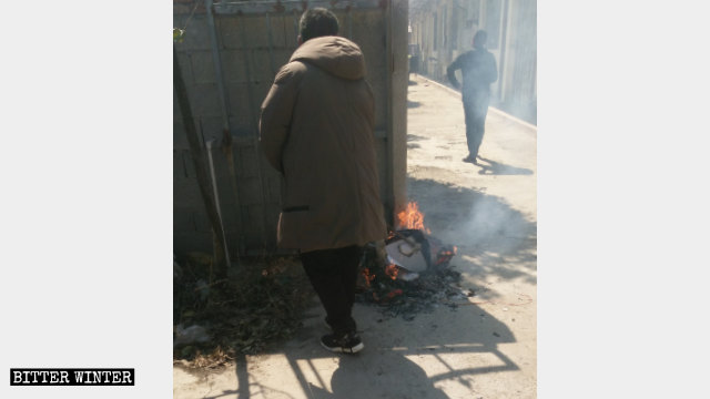 政府人員燒毀聖經等宗教書籍