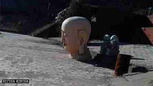 18米的佛像被毀,只剩佛像頭被遺落在院內