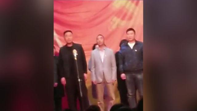 村幹部在教堂裡唱紅歌