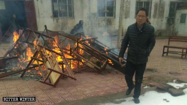 教堂連椅和坐墊被燒掉