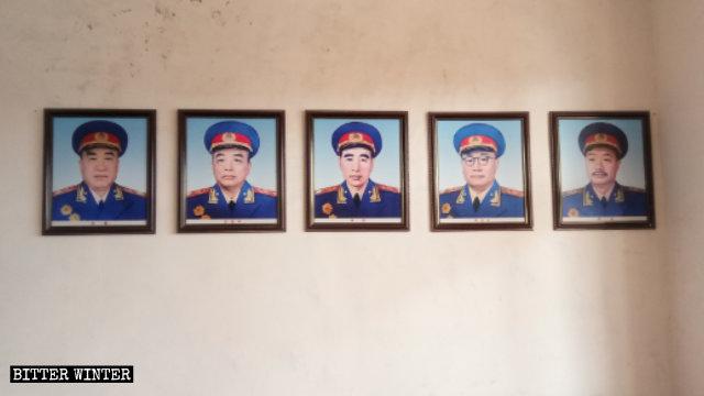 殿內的牆上掛著中共開國十大元帥的照片