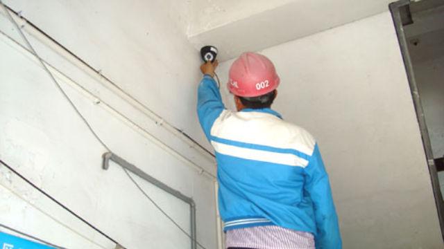 工人正在安裝攝像頭(網絡圖片)