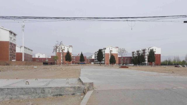 當地居民提供的照片顯示,三村北大寺已被夷為平地,只留下升國旗的水泥台(知情人提供)