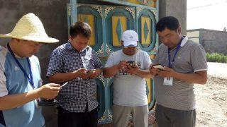新疆一駐村工作隊在使用新疆入戶走訪app(網絡圖片)