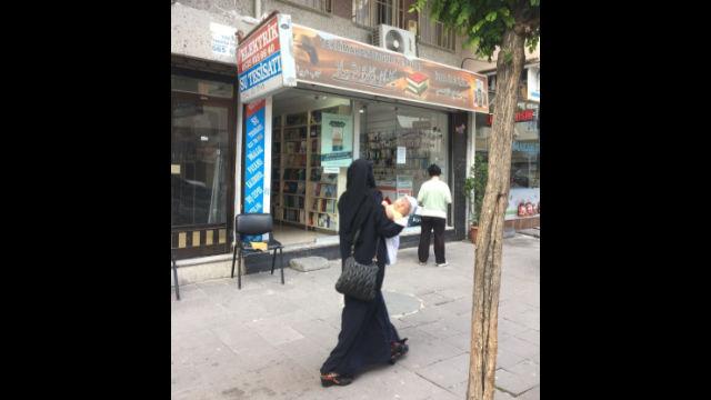 一名維吾爾「寡婦」路過伊斯坦布爾一家維吾爾人開的書店