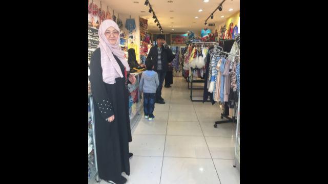 米日古麗是一名「寡婦」,在宰廷布爾努管理一家維吾爾人為資助當地社群的「孤兒」和「寡婦」而經營的店面。