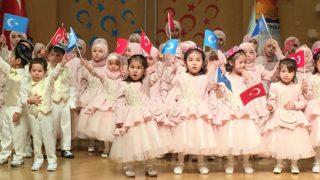 在伊斯坦布爾參加齋月晚會的維吾爾兒童,他們中有很多人是「孤兒」。