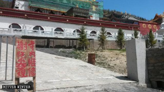 吉祥寺門前樹起的「寺內維修,謝絕參觀」的標牌