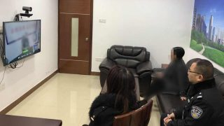 在警察陪同下與關押中親屬視頻通話(網絡圖片)