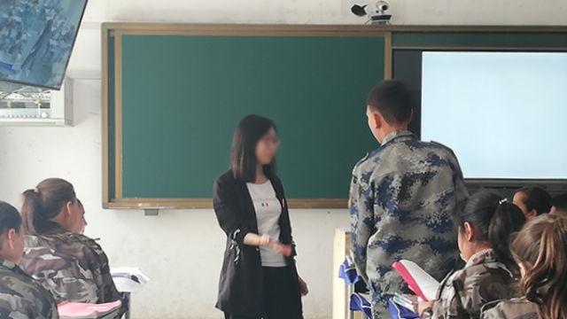 一位招聘至新疆的教師正在教課(網絡圖片)